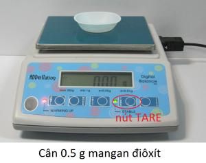 cân 0.5 g mangan điôxít